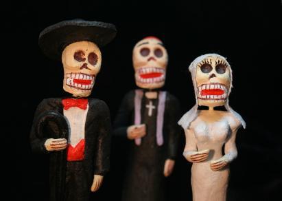 Traditional Dia de los Muertos wedding figurines.