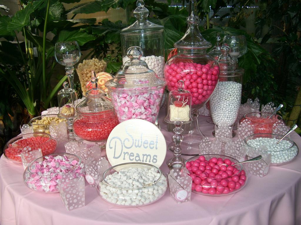 Pink candy buffet / Lisa Runolfson/Flickr